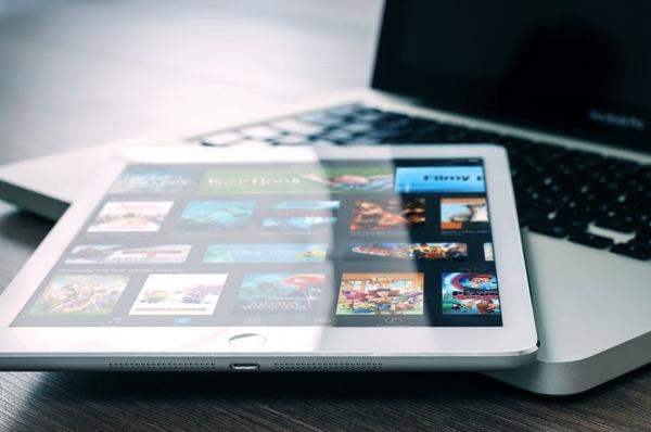 Via internettet og moderne teknologiske løsninger har vi i dag adgang til et enormt udvalg af underholdning. Sådan har det ikke altid været.
