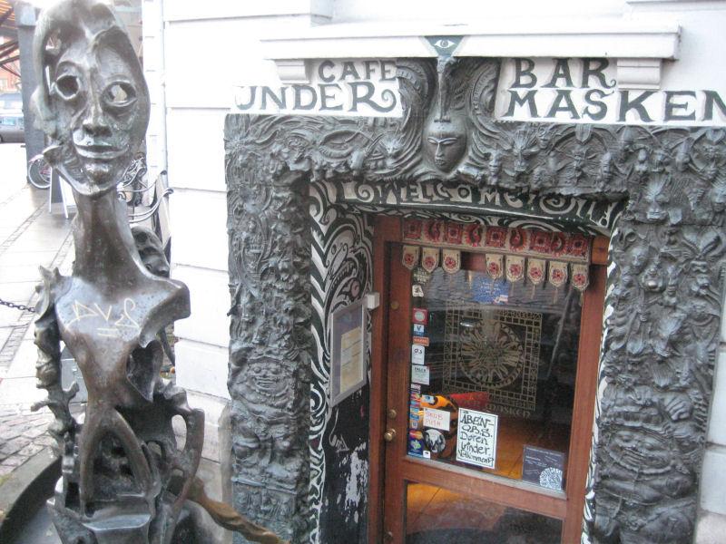 Café Under Masken